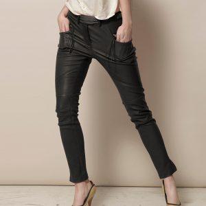 Frauenbeine in schwarzer Stretch Lederhose Biker Style