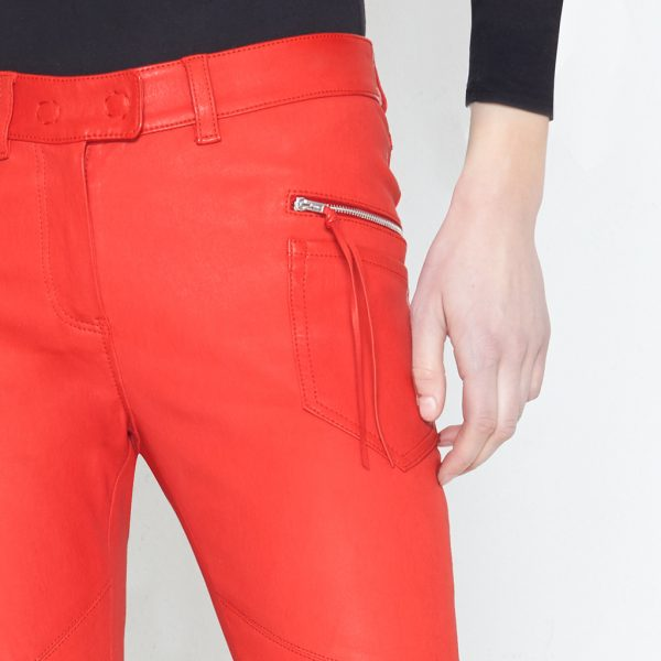 Detail von roter Stretch Lederhose