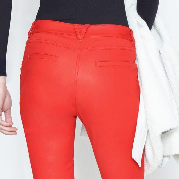 Po von Frau in roter Stretch Lederhose von Ayasse