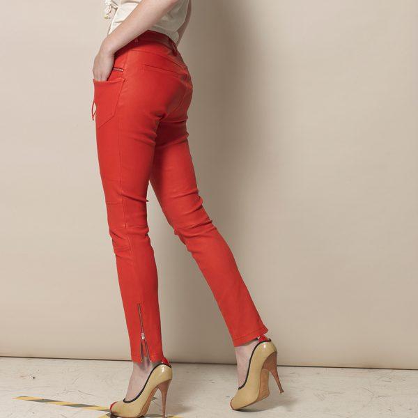 Beine von Frau in roter Stretch Lederhose von Ayasse