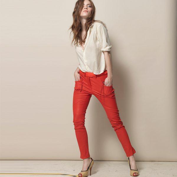 Frau mit langen Haaen in roter Stretch Lederhose von Ayasse