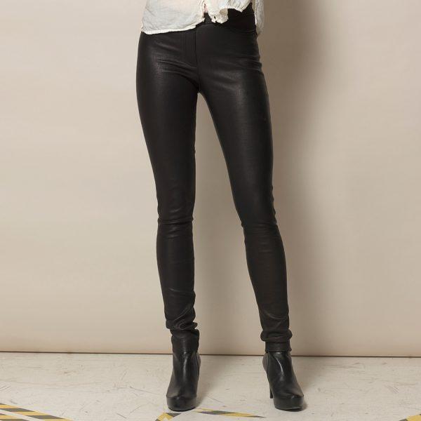 Frauen Beine in schwarzer Stretch Lederleggings von Ayasse