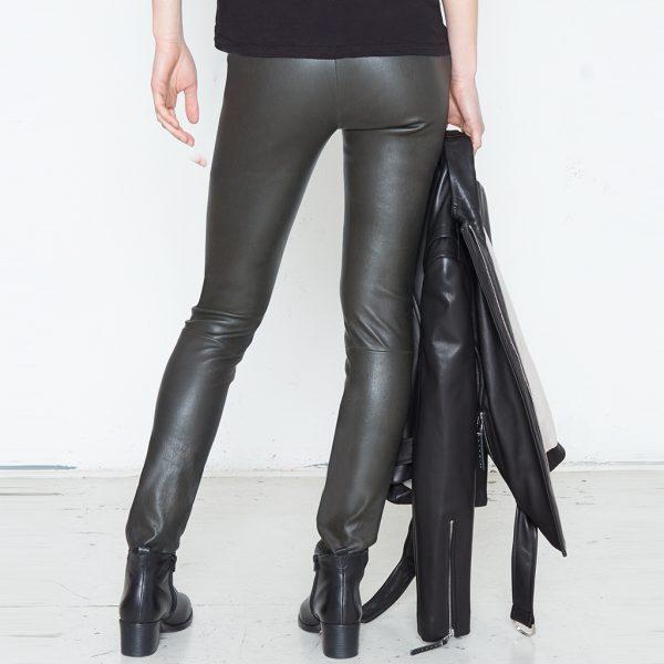 Frauen Beine in Stretch Lederhose olive von hinten