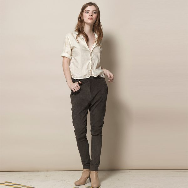 Frau in brauner Velour Lederhose in Jogger Style von vorne