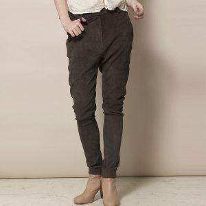 Beine einer Frau in brauner Velour Lederhose in Jogger Style von vorne