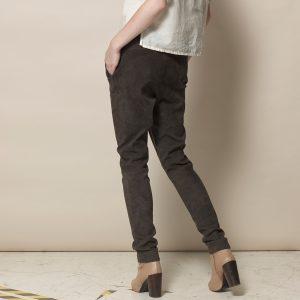 Beine einer Frau in brauner Velour Lederhose in Jogger Style von der SEite
