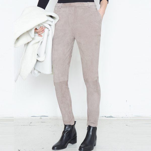 Beine von Frau in grauer Velour Lederhose