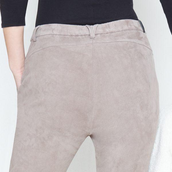 Po Detail von Frau in grauer Velour Lederhose von hinten