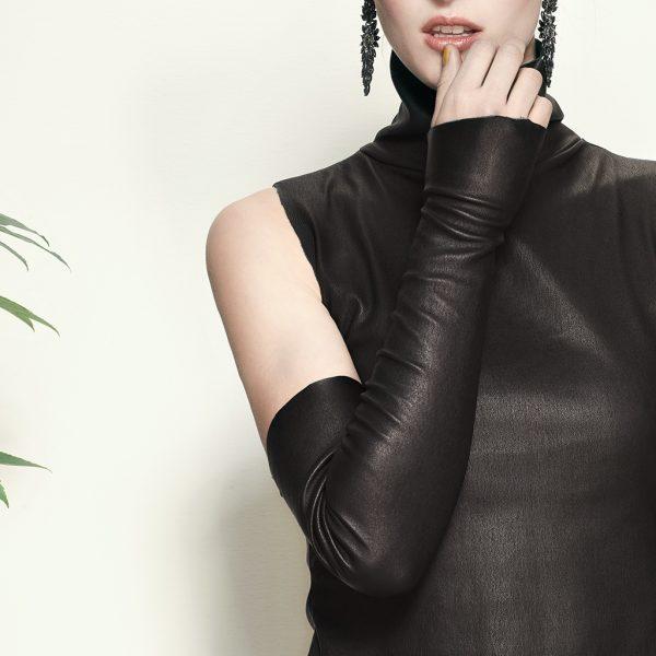 Frau mit schwarzen Leder stulpen
