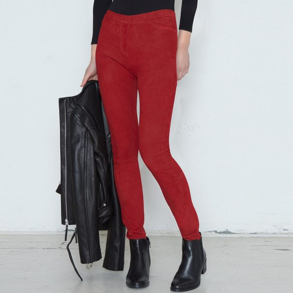 Frau mit Velourslederhose in rot
