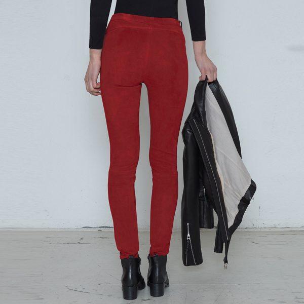 Frau in roter Velourslederhose von hinten