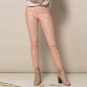 Beine einer Frau mit nudefarbener Stretch Lederhose