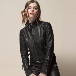 Model in klassischer Lederjacke