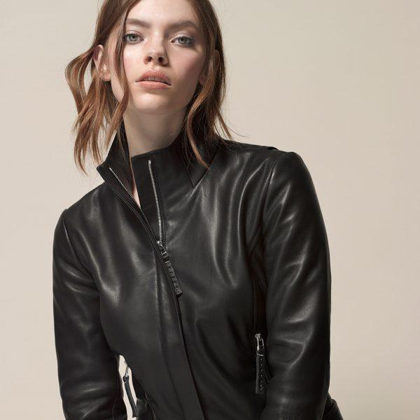 Model mit klassische schwarze LederjackeModel mit schwarzer Lederjacke