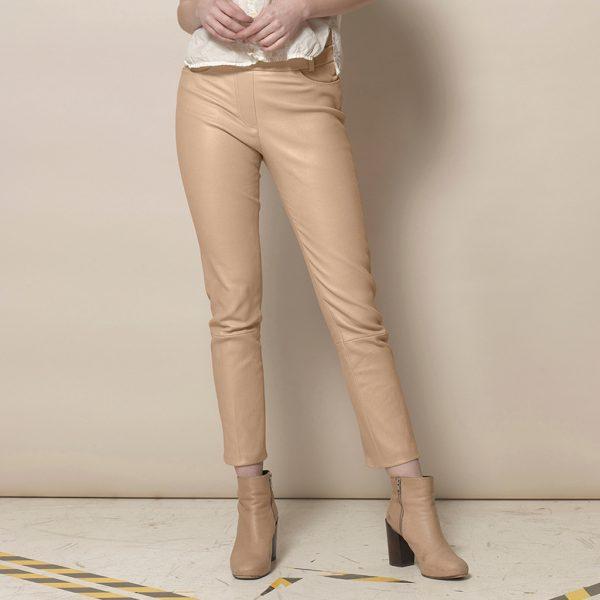 Modell in Beigefarbene Lederleggings Ayasse