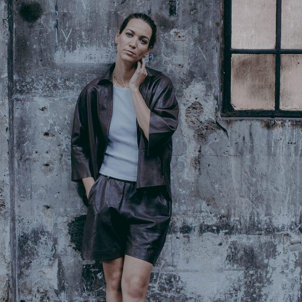 Outfit mit Ledershorts braun