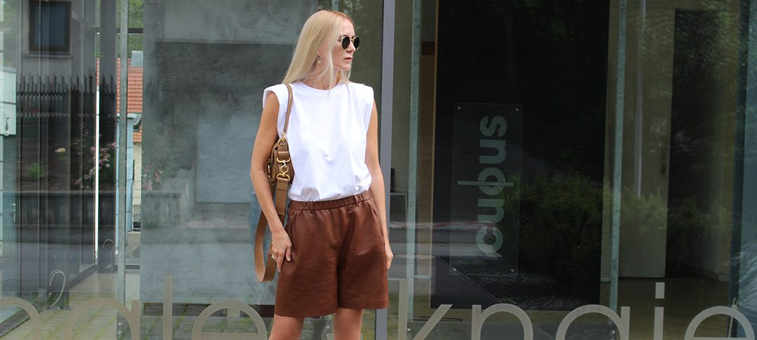 Frau in Leder Shorts von Ayasse