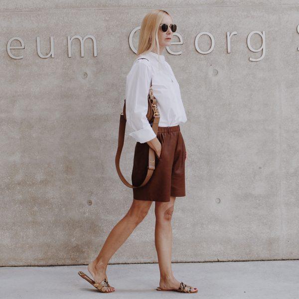 Frau trägt Ayasse Leder Short Lenchen