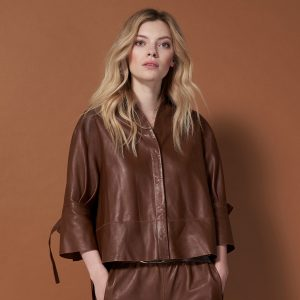 Model in Lederbluse Bea in cognac