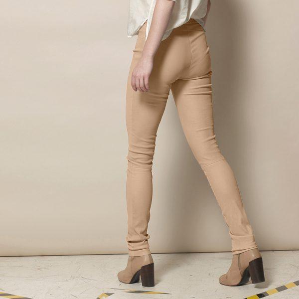 Frau in beigefarbenen Lederleggings