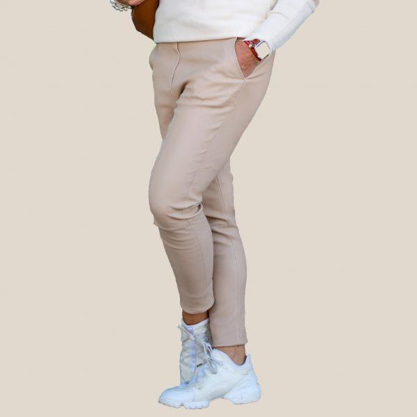 So trägt man Lederjogger in beige