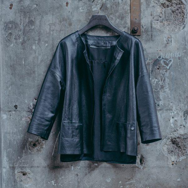 Schwarze Lederjacke Damen am Kleiderbügel